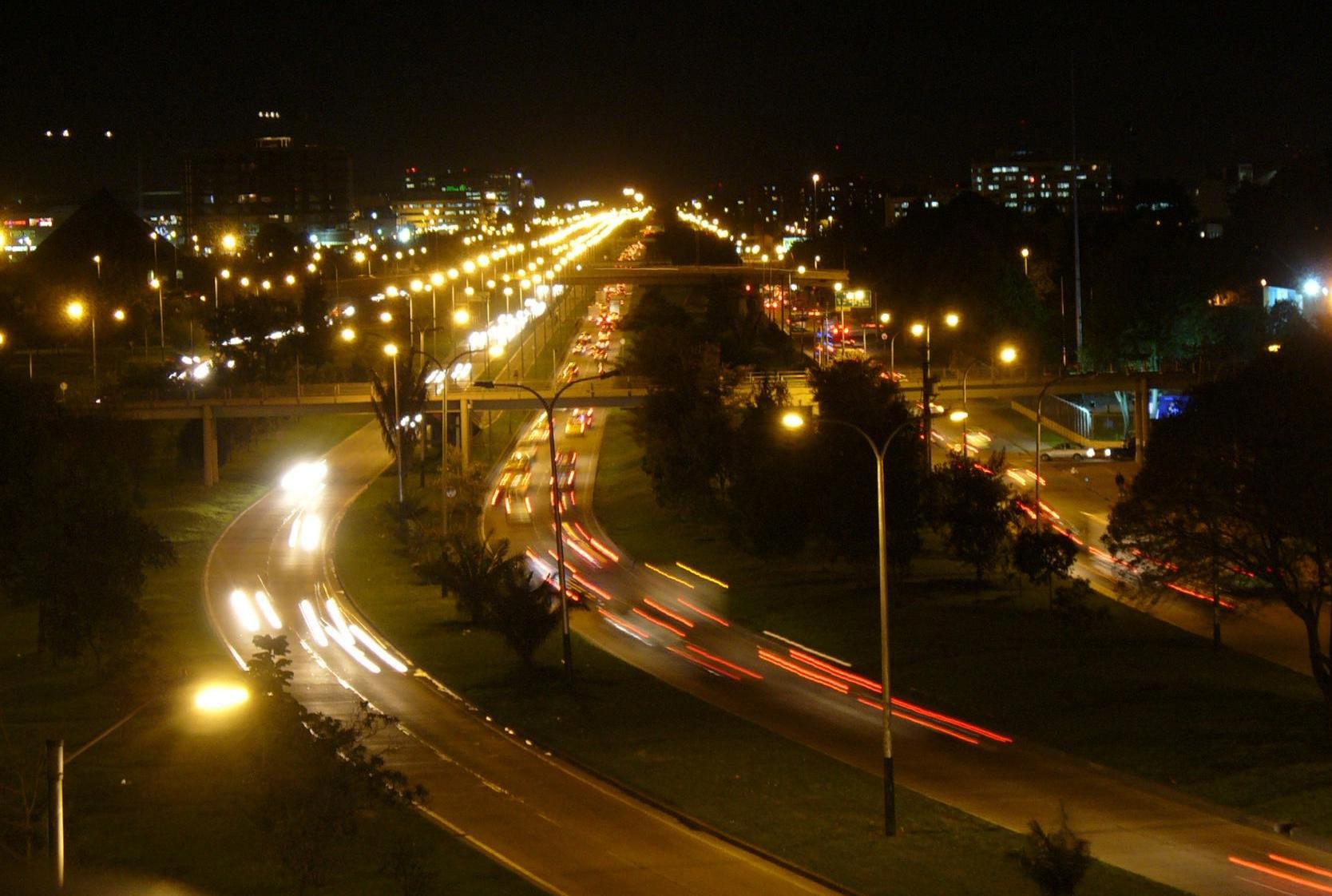 vista nocturna de la avenida el dorado in bogota colombia