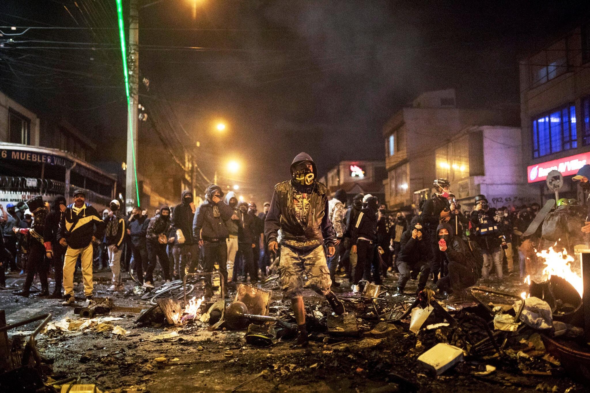 Protestas violentas surgen en Colombia después de que un hombre muera en custodia de la policía